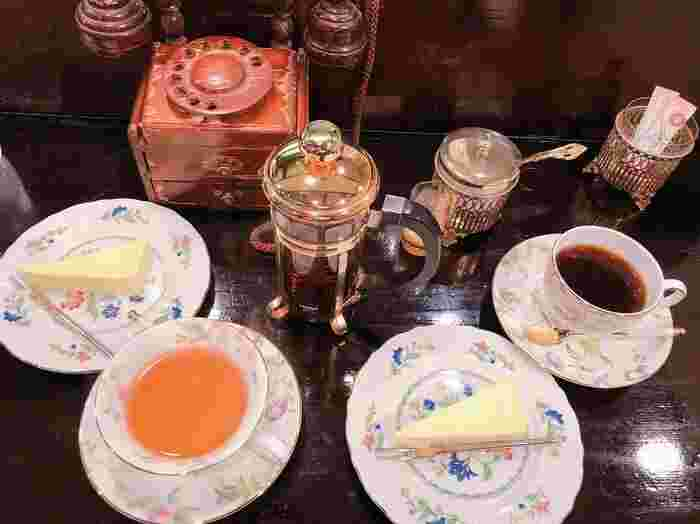 喫茶店といえばケーキセット。ケーキのお皿もとっても素敵です。軽食類はなく、チーズケーキかチョコレートケーキのケーキセットのみです。チーズケーキはとっても濃厚で、コーヒーによく合う味ですよ。賑やかな新宿で、ほっと一息つける喫茶店です。