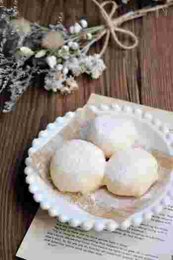 白玉粉で作ったお餅でアイスクリームをくるんで冷たいアイス大福に。冷凍フルーツを混ぜ込んだり、ココア×チョコでアレンジするのも楽しいですよ。