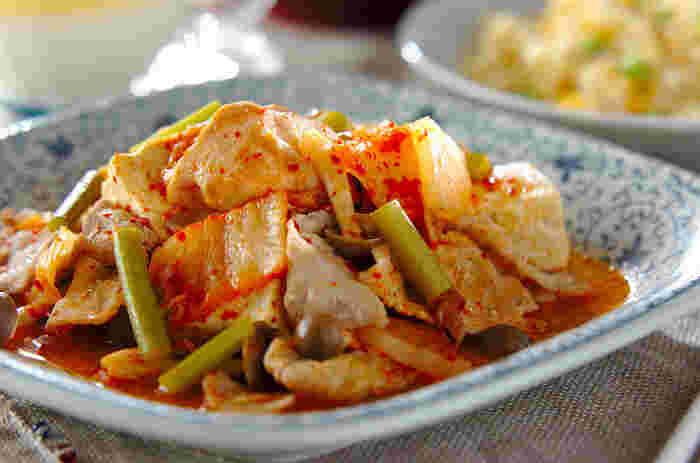 キムチが食欲をそそります。お酒のおつまみにもなる一品。 主な材料は豚肉(薄切り)、白菜キムチ、大根、木綿豆腐、シメジ、ニンニクの芽。調味料は酒、しょうゆ、チキンスープの素のみ。