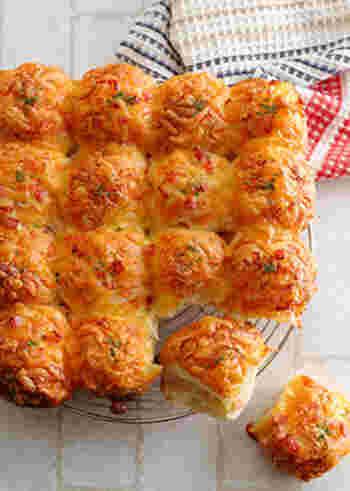 """欲しい分だけちぎって食べられる""""ちぎりパン""""も、パーティーで喜ばれそう。ベーコンやチーズを生地に混ぜ込み、丸めて並べ、通常のパンと同様に焼きます。上にもチーズをたっぷりトッピングしますので、焦げ目がついてよりおいしそうに見えますね。"""