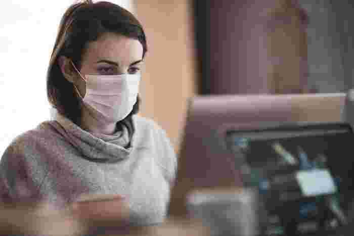 パソコンやスマホに熱中していると、ついつい無表情になってしまいませんか。更にマスクが当たり前になったことで意識して笑顔になる機会も減っています。つまり、かなり長い時間、表情筋を使わないで過ごしていることに…。すると、口元の筋肉が衰えてたるんでしまいます。気づかないうちに、いつの間にか不機嫌なへの字口になっていてショック!なんてことも。