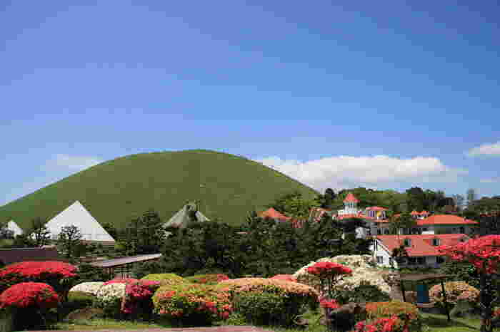 美しい姿の大室山は四季を通して楽しめる観光スポットです。国の天然記念物に指定されている休火山です。