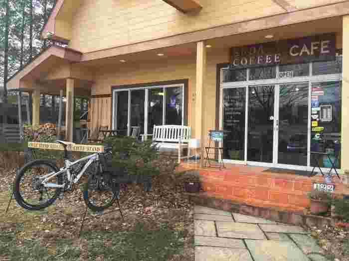 サイクルスタンドも完備です。自転車好きのためのようなカフェ。