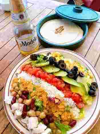"""お料理のジャンルは""""モダンメキシカン""""。メキシコ料理は、先住民から伝わる伝統的な食材とスペインの食文化を融合し、野菜がたっぷでヘルシーと女性に人気。ランチでは、アボカドやチキンなどがカラフルに盛り付けられた「コブサラダ」がいただけます。"""