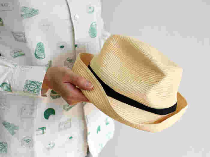 """今回ご紹介する「mature ha.(マチュアーハ)」の""""BOXED HAT""""は、自然なシワ感でナチュラルな装いにぴったりのアイテム。クシュッとたたんで持ち歩けるので、荷物がかさばりがちな旅行のお供にもおすすめです。"""