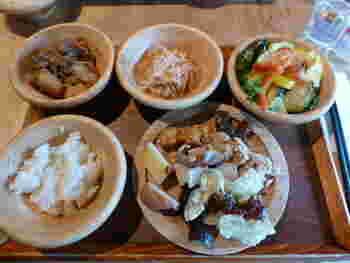 """メニューは、ご飯におみそ汁といった昔懐かしい""""おふくろの味""""が基本ですが、洋食派の人にはシリアルや、京都の老舗パン屋・進々堂のパンも用意されています。お椀はどれも木のぬくもりにあふれていて、ほっこりと心落ち着きます。"""