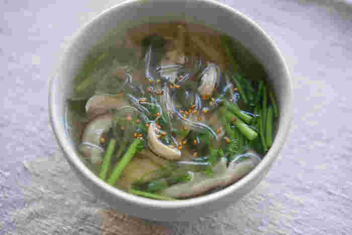 ささみと干ししいたけ、春雨をたっぷりとくわえたあっさり、すっきりとしたスープです。最後にごま油を入れると風味がよくなり、ごはんにも合うひと品に仕上がります。