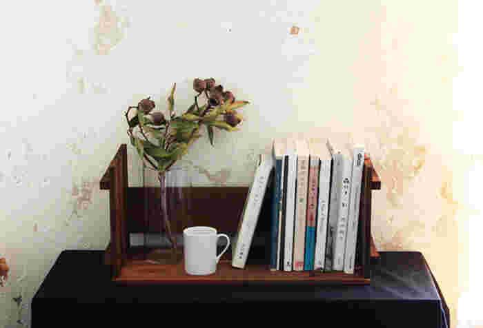ガーデンウッドパネルと木板を組み合わせて作れるブックシェルフ。ソファやベッドの枕元などに、こういうちょこっとした本棚があると重宝しますよね。ひっくり返せば、ローテーブルとしても使える優れものです!