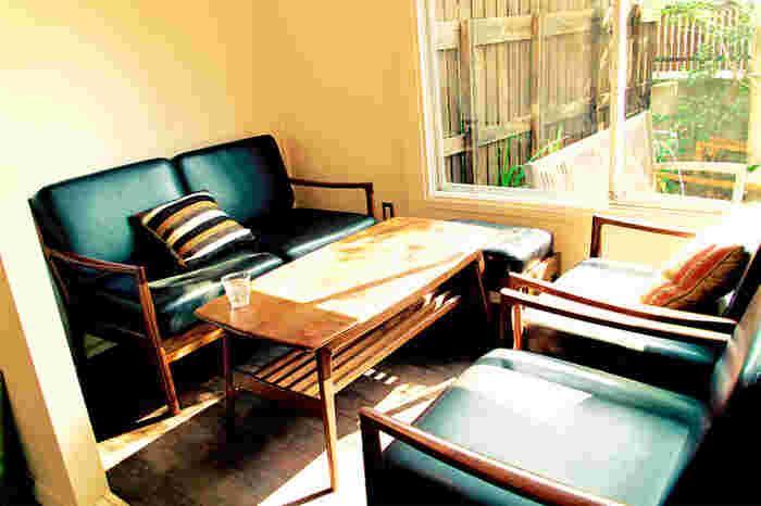 白を基調とした落ち着いた店内は、ソファ席やカウンター席、テラス席などもありくつろげます。福日和スパイス香るオリジナルちゃいやケーキなど、カフェタイムも楽しめます。