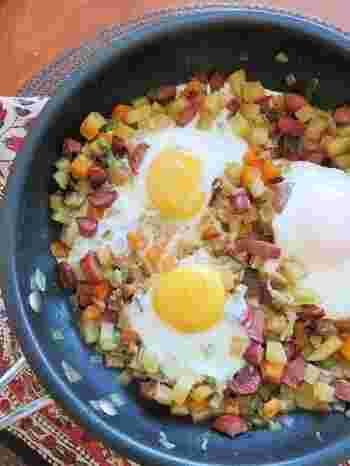 海外で朝食やランチタイムに食べられることの多いメニュー。ソーセージや、野菜を角切りにして炒め卵やチーズで味付け。しっかり食べ応えのあるレシピです。
