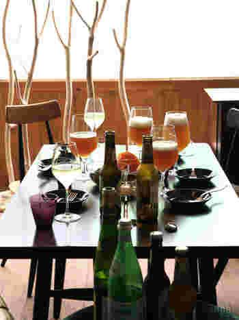 おもてなしの際にワインにする?それともビール?とそれぞれグラスを分けるのはとても大変。グラスだけでテーブルがいっぱいになってしまうことも多々ありますが、その両方に対応してくれるおしゃれなグラスがデンマーク生まれホルムガード社のワイングラスです。