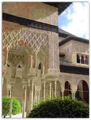 繊細なモザイク模様がとってもきれいな宮殿は建物と建物の間の中庭(パティオ)も美しいことで有名です。