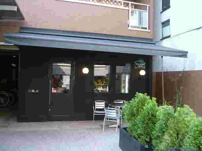 数多い京都のパン屋さんのなかでも飛び抜けて人気のあるル プチメックさんの2号店。 黒を基調としたスタイリッシュな空間で通称「黒メック」と呼ばれているちょっと大人向けのパン屋さんです。 今出川にある1号店は「赤メック」と呼ばれており、それぞれにお店の雰囲気や商品のラインナップも違うというおもしろい展開をされています。 まるでフランス料理を挟んだようなサンドイッチやデリ、お菓子など。充実のラインナップが魅力です。 外のテラスでイートインが出来ますので、晴れた気持ちのいい日にはぜひお空の下でパンを頬張ってください。