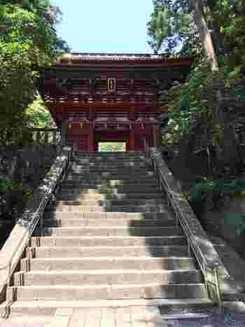 1000段以上も階段をのぼった先にある、豪華絢爛な社殿が見事な「久能山東照宮(くのうざんとうしょうぐう)」。先にご紹介した「日光東照宮」と同様、徳川家康公を祀っている、日本で最初の東照宮です。  階段数を聞くと躊躇してしまいますが、実はロープウェイがあるので、子どもからお年寄りまで、比較的簡単に行くことができますよ。