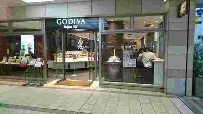 ベルギー王室御用達ブランドとして50周年という、歴史深い「ゴディバ(GODIVA)」。1926年創業以来、高級チョコレートの先駆け的存在であり、こちらも「リンツ」同様に、全国にショップが展開されています。  吉祥寺では、こちらの「コピス吉祥寺店」のほか、「東急吉祥寺店」の2つのショップを展開しています。吉祥寺で、ネームバリューの高いチョコレートを求めるなら、こちらがベストかもしれません*