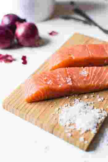 魚料理は難しそう、魚料理のレシピはあまりわからないという方は結構多いよう。調理する前に魚を3枚におろす作業や下処理が難しいというイメージがあるからでしょう。しかし、スーパーではほとんどの魚が切り身で売られていますし、お魚屋さんでも購入前に細かいオーダーができるので、調理や下処理の手間はほとんどありません☆  魚はオメガ3脂肪酸であるEPAやDHAが大変豊富です。これらは血液をサラサラにしてくれたり、脳や神経細胞に深く関わる大変重要な栄要素です。お肉だけでは補えません。  簡単にお料理できる作り置きレシピで普段から魚をマメに摂っていきたいですね。