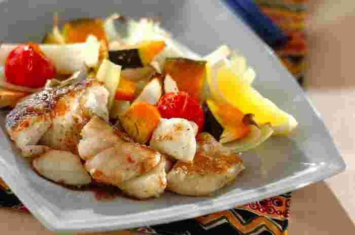 和食はもちろんのこと、洋食にアレンジしても美味しい白身魚。こちらはプチトマト・玉ねぎ・カボチャなどの野菜とともに、白身魚をこんがりと香ばしく焼いた「白身魚とトマトのオーブン焼き」。仕上げにバルサミコ酢とオリーブオイルをかけて、レモンを添えたら完成です。彩の美しい料理が一品あるだけで、いつもの食卓がぱっと明るく華やかな雰囲気に。