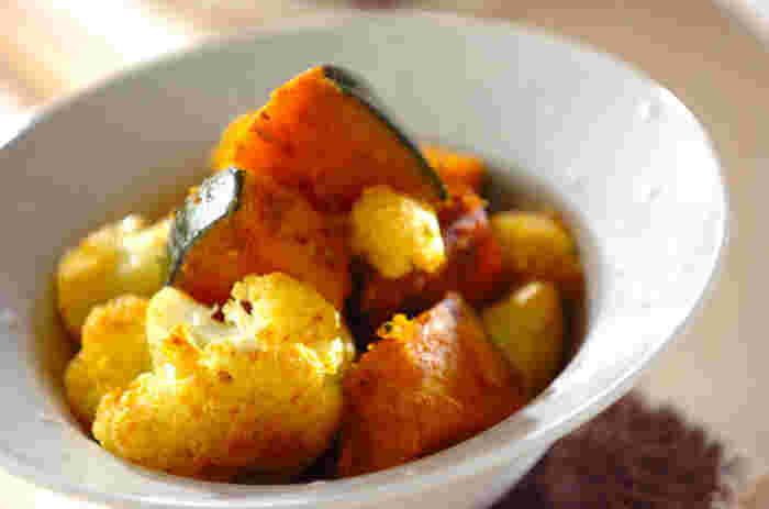 サブジとは、インド料理の一つで野菜の蒸し煮、炒め煮のことです。クミンシードのほか、仕上げにターメリックも加えます。野菜の甘みを楽しめますよ。