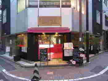 """恋愛運をアップしてくれそうな、ピンクの外観が特徴のお店「Petit Bonheur(プティ・ボノ)」。店名は、フランス語で""""ちいさな幸せ""""を意味します。こちらでは、お代わり自由食べ放題のサラダバーランチと、ギモーヴシュークリームが人気!"""