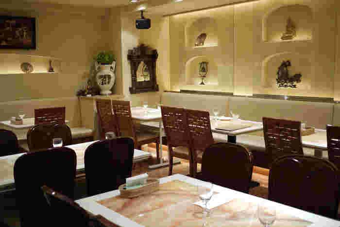 白と茶色を基調とした店内は、銀座らしい落ち着きを感じる空間。スタイリッシュな店内は広々としていて、パーティーでも利用可能です。