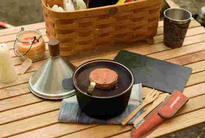 チップを入れて加熱し、食材をのせて燻製すればできあがり。アウトドアなら煙を気にせずにさまざまな食材を燻製にして楽しめそう。ナッツ、チーズ、ゆで卵など、お好きな食材を燻製にしてお酒と一緒にどうぞ♪