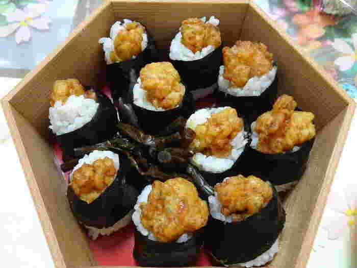 名古屋めしの天むすを手軽なお土産や、天むす弁当として楽しめる「地雷也」。天むすは、プレーンのほか、黒米や高菜の天むすもあるようです。名古屋駅のデパートでも買えますので、旅行の帰りに買って、車内で食べるのもおすすめです。