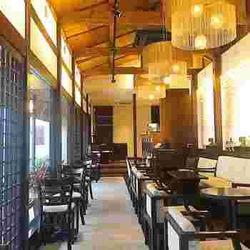 蔵造りの街並みから一本入った静かな通りに佇む、「HATSUNEYA GARDEN」のカフェは、和モダンでおしゃれな雰囲気。お子さんと一緒にゆったりと休むのにぴったりな空間です。
