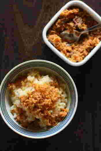 そぼろは、フライパンや鍋で食材をぱらぱらになるまで炒ったもの。豚・鶏のひき肉を使ったそぼろが有名ですが、魚介やエビなどを炒って楽しむこともできます。