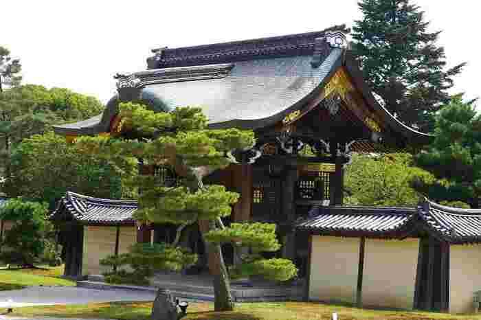 御影堂正面に建つ「勅使門」は、江戸期・嘉永年間に再建されたもの。屋根は切妻造、正面と背面に軒唐破風を付けた四脚門。唐破風の部分は、漆塗りと金鍍金の飾り装飾が施され、菊の御紋が付けられています。