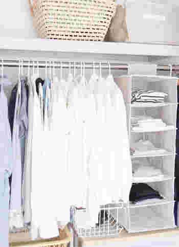 インナーやTシャツ類は、ホルダーに積んで収納すると一目で見渡せて便利。引き出しにしまい込むよりも選びやすく、時短になります。着たいものを選んで取り出し、洗濯したらまた上に積んでいくだけ。ハンガーで吊るすと伸びてしまうニット類置き場としても重宝します。