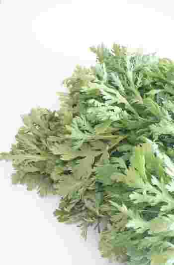 春菊の香りはαピネンと呼ばれる成分で、森林浴をした時の香りに含まれる物質と同じなのだそう。自律神経に働きかけて心身をリラックスさせる効果があります。β-カロテンの含有量が非常に多く、カルシウム、鉄、マグネシウム等、骨を丈夫にするミネラルも豊富。咳を鎮めたり、胃腸を整える成分を持つため、漢方では食べる風邪薬とも呼ばれます。