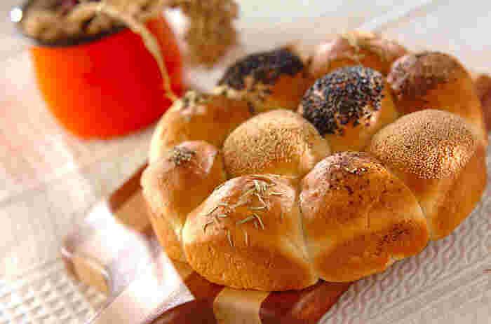 ちぎりパンのひとつひとつにいろいろなフィリングを入れて。トッピングを工夫するとなにが入っているのか、すぐに分かります。あえてトッピングせずになんのパンが食べられるのか、試してみるのも面白そうです。