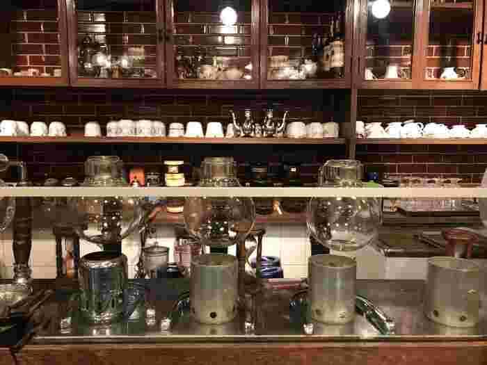 珈琲・喫茶店好きなら、ぜひぜひ座ってみて欲しいカウンター席。店主のこだわりがあちこちに見えます。