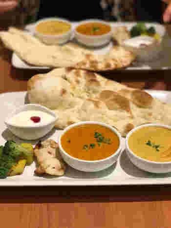インドカレーが初めての方は、「ソラマチセット」がおすすめ。マイルドなエビカレーとミックス野菜カレー、香ばしい焼きたての「ナン」のセットは食べやすいと評判です。