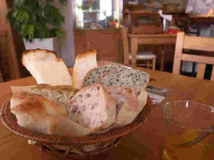モーニングプレートはパン食べ放題。ブリオッシュ生地にバームクーヘンが入った「クーゲルバーム」やパリパリのクロワッサンにクリームを挟んだ「シュークロ」などのスイーツ系も人気です。