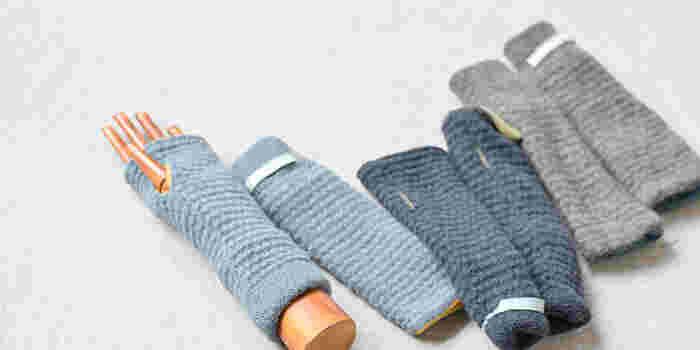 やわらかな肌触りがクセになるアイテム。指ぬき仕様なので、甲まですっぽり覆ってくれます。リバーシブルデザインなので、気分やスタイルによって気軽にチェンジでき、鮮やかなカラーが気分を盛り上げてくれます♪