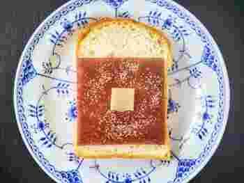 トーストに焼き目が付き、羊羹がグツグツなるまでトースターで焼いたら完成。焼き立てのあんぱんのような味わいを楽しむことができます。お気に入りの食パンと供に買っていきたい一品です*