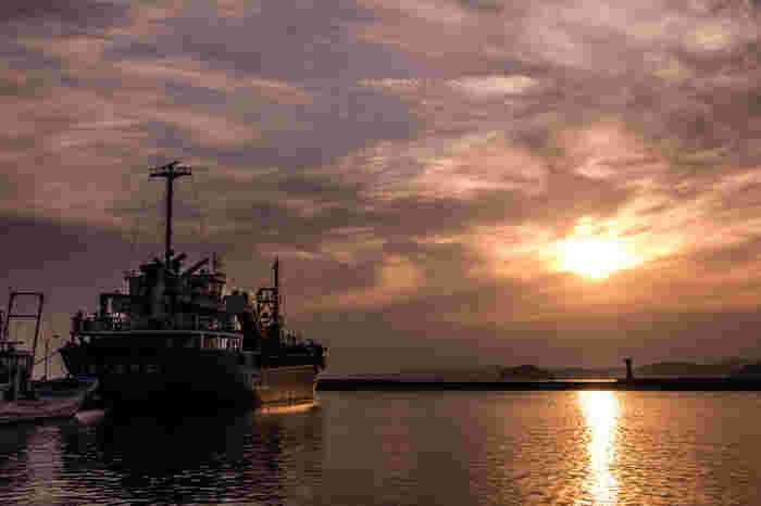 江島神社の参道から少し脇に入ったところにある西浦漁港は、穴場のフォトスポット。静かな漁港にいると、ここが観光地のすぐそばだということを忘れてしまいそう。漁船と夕日のノスタルジックな写真が撮れますよ。