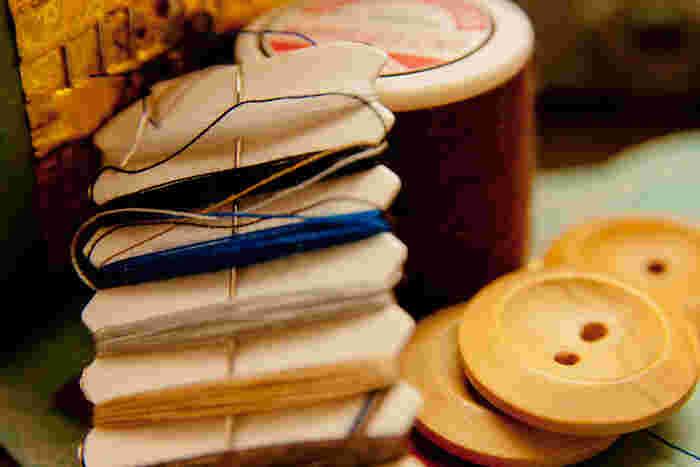 こちらも縫い物の必需品である「縫い糸」。ミシンを使うほどではないちょっとしたほつれ直しや、ボタン付けに活躍します。