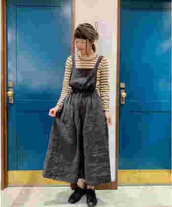 ナチュラル感やぬくもりの感じられるお洋服が人気のブランド<サマンサモスモス>では、リネン100%やリネン混のエプロンワンピを取り扱っています。 スカートはふんわりしていますが、ウエストを絞ってメリハリのある着こなしが作れます。