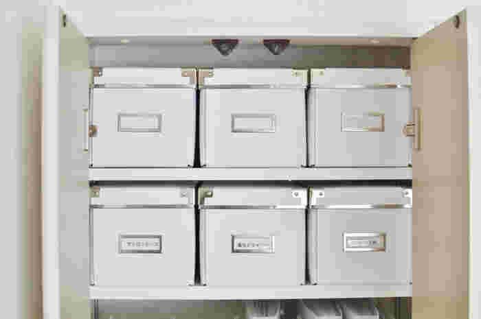 頻繁に開け閉めすることがないものを収納するときには、ふた付きのケースがおすすめ。ふた付きのものは、中が見えないのでラベリングが重要になります。