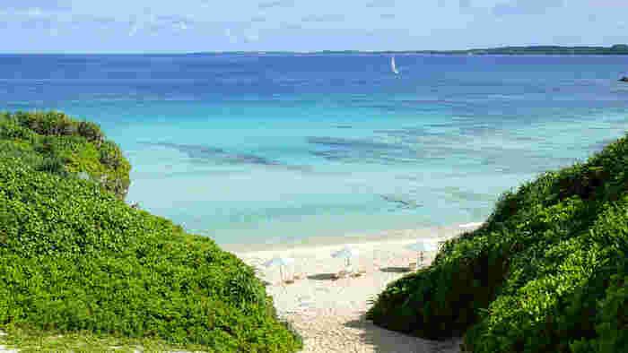 抜けるような青空、陽射しを浴びてキラキラと輝く白砂、熱帯性の緑の植物、淡い水色をした透明な海が見事に調和した砂山ビーチは、個性あるビーチが多い宮古島の中でも人気のあるビーチの一つです。