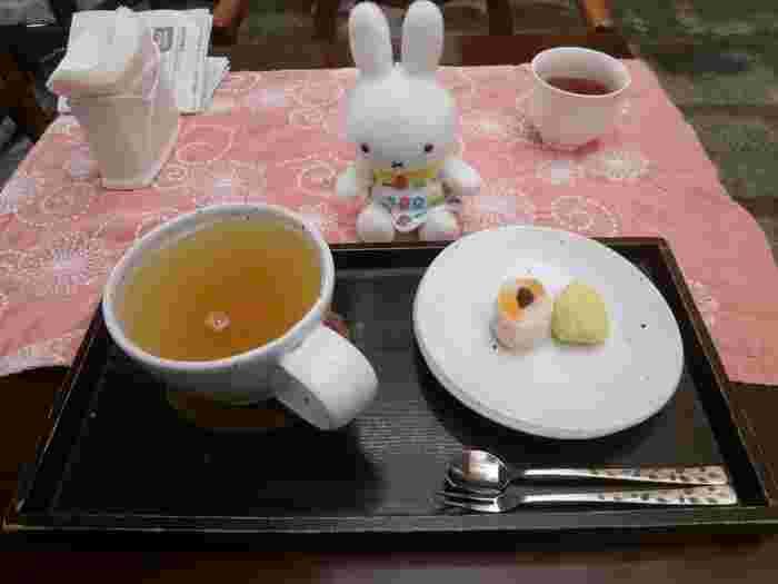 食後にはほのかな甘さの柚子茶と茶菓子を。ちょこんと盛り付けられた小さな茶菓子が、とってもかわいらしいですよね。居心地の良いカフェなので、食後はお茶を飲みながらゆっくりと過ごすのがおすすめですよ。