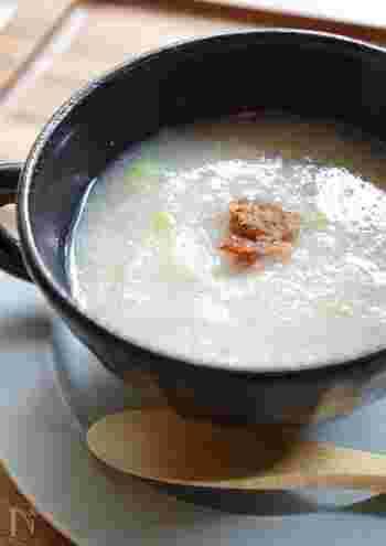 切った長ネギに、すりおろしたレンコン・生姜の3つの食材だけで作る、薬膳効果のあるスープ。風邪の時におすすめで、体に良い食材を使用したとろとろのスープが体をしっかり温めてくれます。