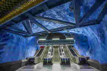 ストックホルムの地下鉄に乗ると、ほとんどの駅でアート作品を見ることができます。これは、中央駅に直結したT-Centralen駅(ブルーライン)の様子です。