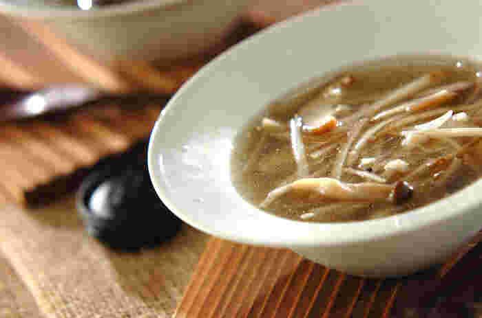 食物繊維のヘルシースープ「きのことゴボウのジンジャースープ」。ゴボウは水溶性と不溶性の食物繊維がバランス良く含まれ、きのこも数種類使用することで、食物繊維のパワーが詰まったヘルシースープに仕上がります。また発酵調味料である塩麹を入れることでまろやかになり、とても優しい味わいでおすすめです。