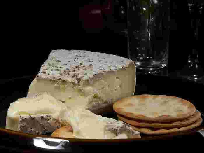 ブリー・ドゥ・モーは、フランスを代表する有名な白カビチーズで、カマンベールチーズよりもさらに古い歴史を持ちます。ブリーチーズの製法がカマンベール村に伝わって生まれたのがカマンベールチーズだと言われているほどです。カマンベールが手のひらサイズなのに対し、ブリーは直径27~36cmほどあります。熟成すると中身がとろりととけて、気品のある味わいが楽しめます。