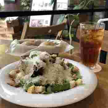 サラダでヘルシーランチ、というのも良いですね。ファストフードとは思えないプレミアムなランチを楽しめますよ。
