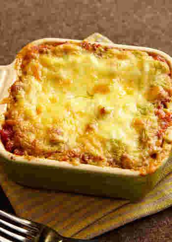 ベースのミートソースに、アボカド+クリームチーズのソースを重ねた、女性にはたまならいラザニアもどうぞ。ホワイトソースは使わないのに、とってもクリーミーな仕上がりです。美味しいバケットはもちろん、ワインも進みそうな一皿ですね♪
