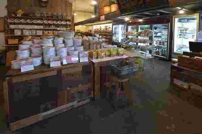 お店の中にある販売スペース。これから酵素玄米をはじめるなら、お店の人におすすめを聞いて購入してもいいですね。豊富な種類のこだわりアイテムが揃っていますので、ついつい買いすぎてしまいそう。